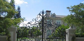 Mẫu cửa cổng sắt vòm với các họa tiết uốn lượn quyến rũ