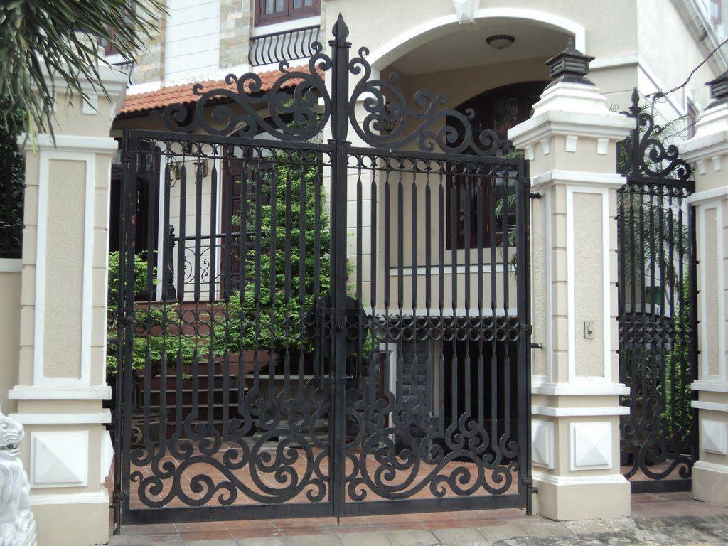 Mẫu cổng sắt uốn mỹ thuật sang trọng cho nhà biệt thự