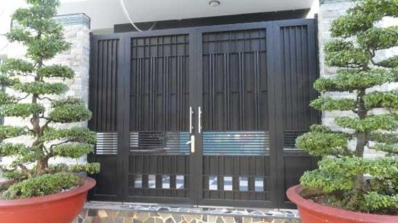 Cửa cổng sắt nhà phố màu đen 33
