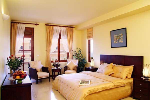 Màu vàng nhạt chiếm chủ đạo làm cho căn phòng thêm rộng mà vẫn ấm cúng