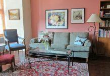 Sơn tường màu hồng nhạt, kết hợp với nội thất trắng tinh tế