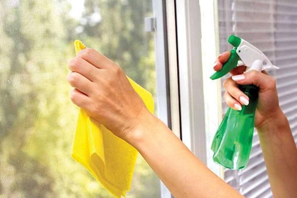 Sử dụng nước rửa kính và khăn lau làm sạch mặt kính