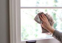 Sử dụng giấy báo vò lại để lau chùi cửa nhôm kính rất hiệu quả