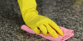 Làm sạch đá hoa cương bằng bột đánh bóng giúp bề mặt đá sáng bóng