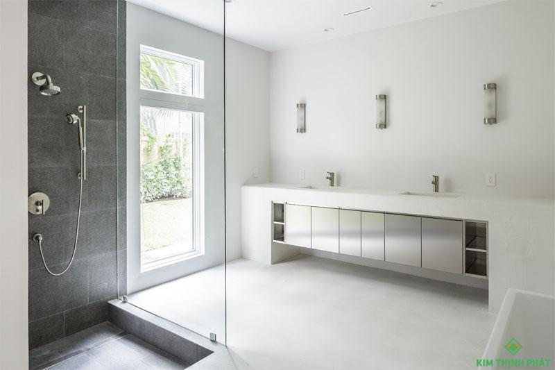 Đá hoa cương trắng lát nên phòng tắm, không có những vết nối giữa những viên gạch như các loại đá thông thường