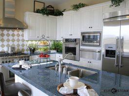 Đá hoa cương lát bếp màu xanh hợp với gia chủ mệnh Mộc