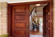 Một bộ cửa làm từ gỗ tự nhiên đơn giản, sang trọng