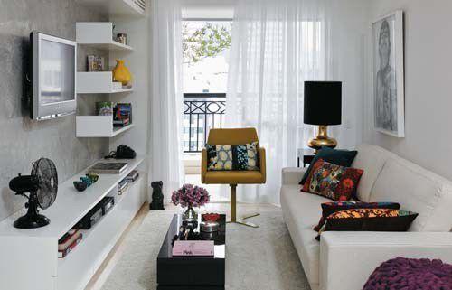 Đặt ghế sofa sát tường là sự sắp xếp hợp lý cho không gian phòng khách nhỏ